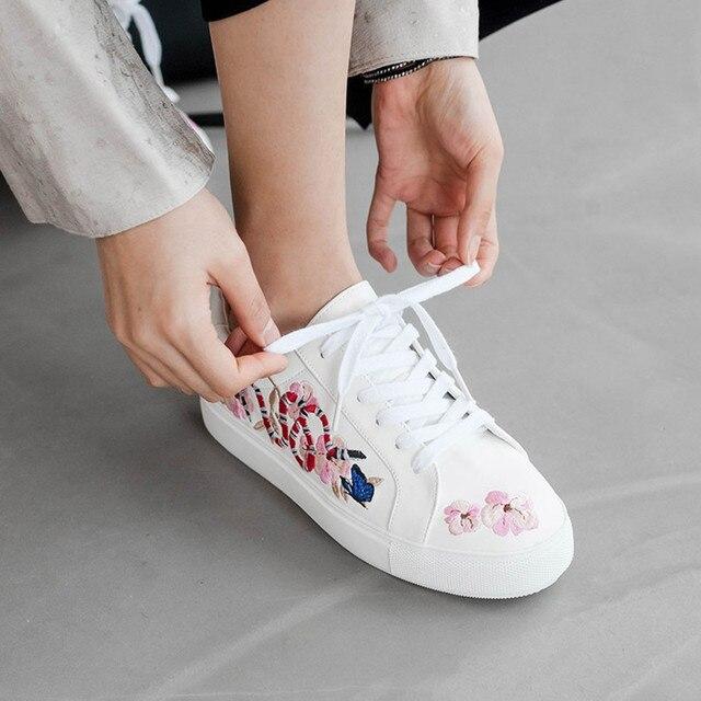 2017 Spring Autumn Shoes Women Lace-up Embroidery Flat Shoes Women Fashion Designer Flower birds Casual Platform Shoes white