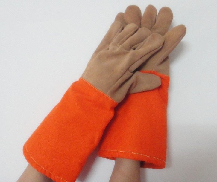 Free shipping quality cow split leather gloves high temperature insulated & stream resistant safety protecting gloves 45cm long high quality hand tool gloves 12 pairs 700g cotton gloves wear resistant work thick gloves against high low temperature gloves