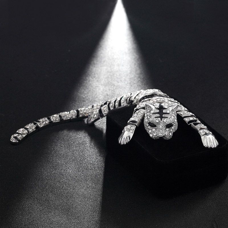 цена Statement Men's Big Tiger Brooch Jewelry Silver color Animal Women Dress Coat Suit Men Decoration Safety Pin Metal Broach Broch