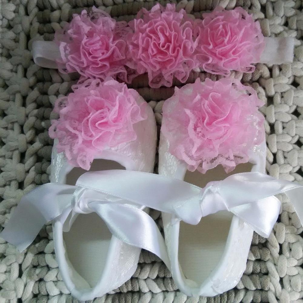 09d714cd6c109 Blanc satin fleur bandeau bébé dentelle chaussures ensemble De Baptême  baptême berceau chaussures nouveau-né chaussures princesse chaussures