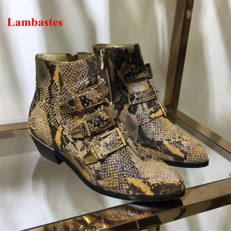Классные ботильоны мотоботы Для женщин из натуральной кожи заклепки со змеиным узором сапоги с ремешком и пряжкой в стиле панк Обувь на сре