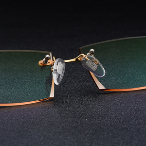 Image 4 - Gmei אופטי מלבן זהב טיטניום סגסוגת גברים של יהלומי זמירה ללא שפה משקפיים מסגרת שיפוע חום גוון Plano עדשות Q6607