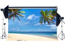 , Piaszczystej plaży tło nadmorskie kokosowe dłoń łódź błękitne niebo białe chmury lato podróż oceanu żeglarstwo romantyczny tło