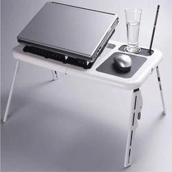 유행 현대 다기능 휴대용 퍼스널 컴퓨터 테이블 휴대용 접히는 침대 휴대용 퍼스널 컴퓨터 테이블 냉각 팬을 가진 침대 소파 옆에 편리한 테이블