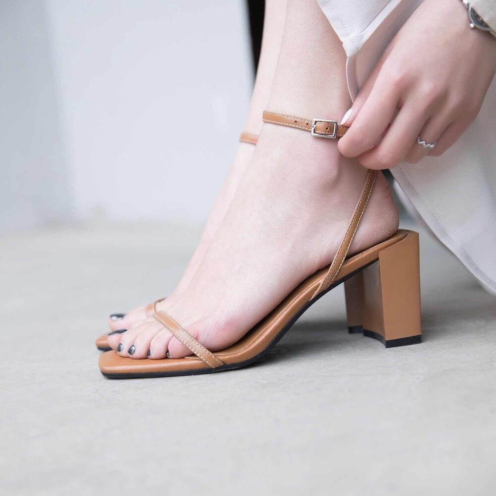 Krazingหม้อfull g rainหนังp eep toeแฟชั่นผู้หญิงรองเท้าแตะสแควร์สีดำสีน้ำตาลสีรองเท้าส้นสูงรุ่นแคทวอล์แสดงรองเท้าLa8-ใน รองเท้าส้นสูง จาก รองเท้า บน   2