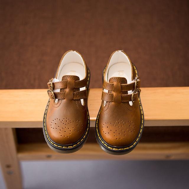 Estilo vintage niños, zapatos niños y bebé, color marrón y negro.