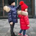90% de pato para baixo Meninos meninas guaxinim verdadeira gola de pele acolchoada jaqueta outwear crianças da neve do inverno quente de pato para baixo Super leve casaco