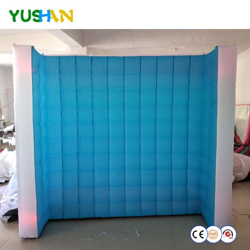 Mur gonflable bleu et blanc de cabine de Photo de courbe de 8ft avec la bande au néon rvb et la toile de fond intérieure de mur LED de ventilateur d'air pour le mariage de partie