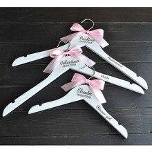 Персонализированные Свадебные вешалки, гравировка имя деревянная вешалка, невесты, подружки невесты, цветок Девушки вешалка с розовой лентой, свадебные подарки