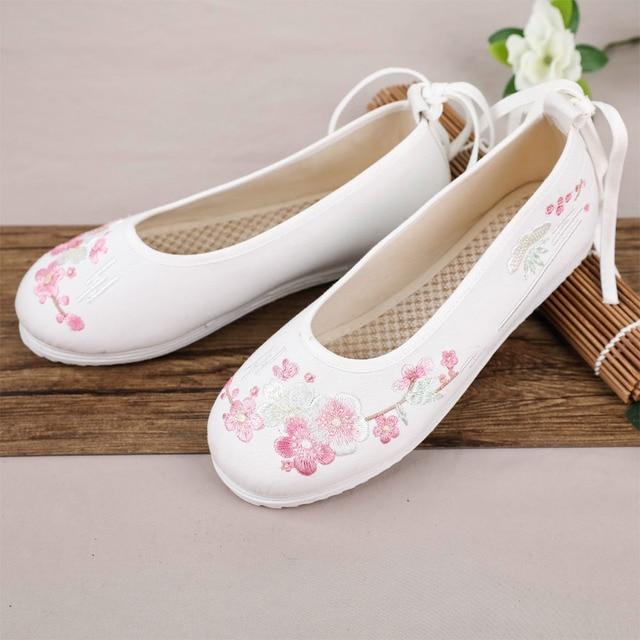 2019 ใหม่มาถึง Plat รองเท้าผู้หญิงวินเทจสไตล์จีนเย็บปักถักร้อย Hanfu สีขาวรองเท้าสบายๆข้อเท้าสายคล้องดอกไม้เต่า yao