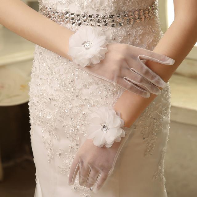 Acessórios do casamento 2016 New Design Laço Curto Elegante Dedo de Pulso Comprimento Luvas de Noiva Flor de Tule Marfim Acessórios De Noiva