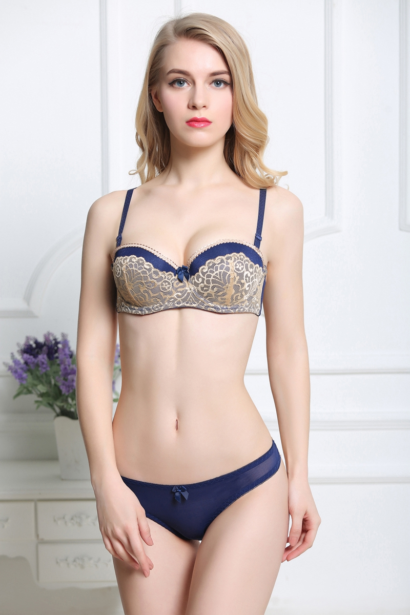 830aad159ea a comfy-chic style designed with a lacy silhouee. This underwire bra  features lightly padded cups that create lift and shape