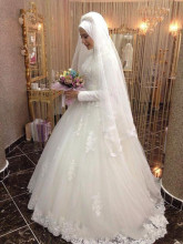 Vintage Arabic Wedding Dresses Long Sleeves Romantic High Neck Lace Applique Tulle Beaded Bridal Gown with Hijab
