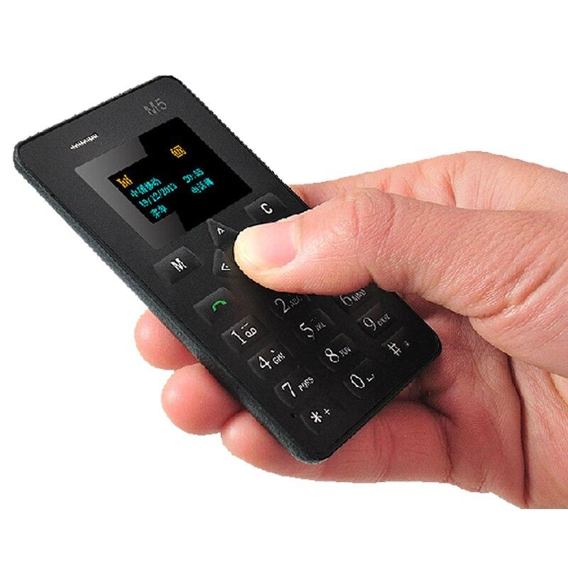 Aiek M5 débloqué de bande dessinée kid fille vibrations BT musique BT Dialer MP3 FM petite taille mini ultra-mince carte de crédit téléphone mobile P220