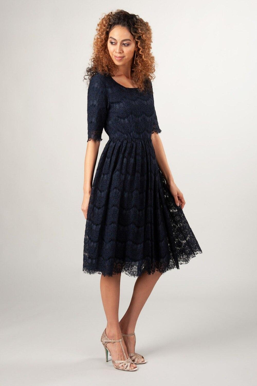 Bleu marine foncé dentelle a-ligne courte modeste robes de demoiselle d'honneur à manches courtes longueur genoux Inforal bohème robe de demoiselle d'honneur
