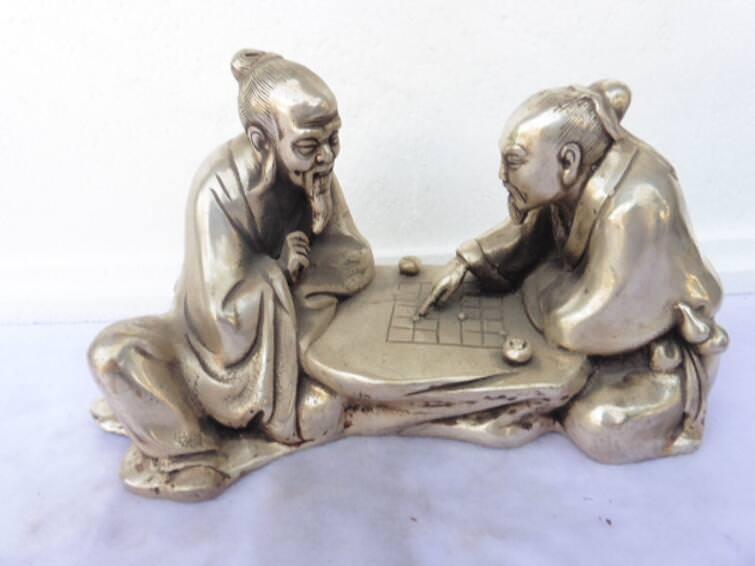Argent populaire chinois 2 anciens jouent à la Sculpture d'art d'échecs