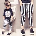 Las niñas ropa de primavera traje negro camisa carta impreso y rayas pantalones largos chidlren chándal para 2-7y del bebé del cabrito outwear