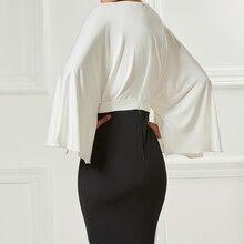 فستان أنيق قصير بفتحة من الصدر وحزام أنيق
