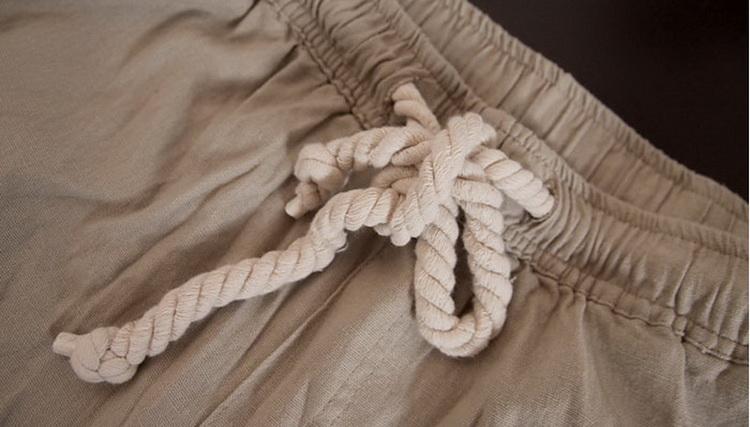 Pantalon pour hommes en lin et coton beige, gros plan nœud corde