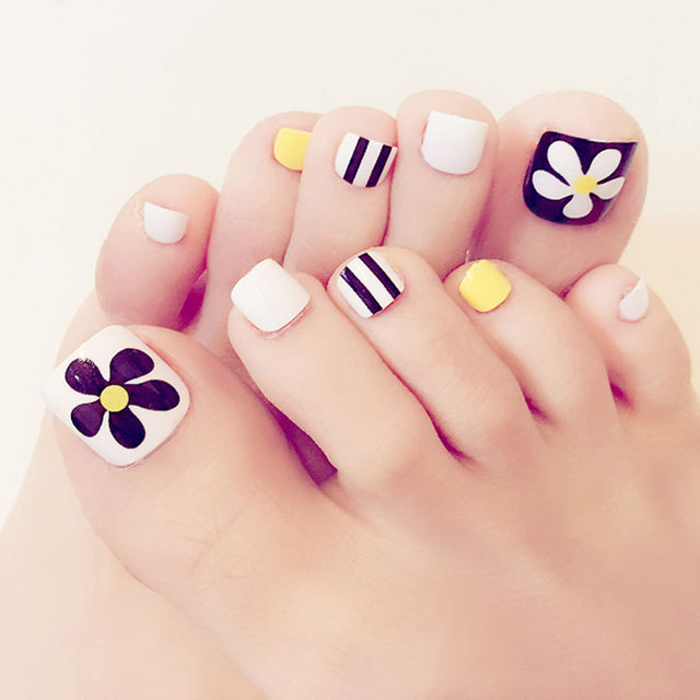 Hot Sale Summer Toenails 24pcs Candy Stripe French White Yellow Small Flower Design Short Square Sculpt