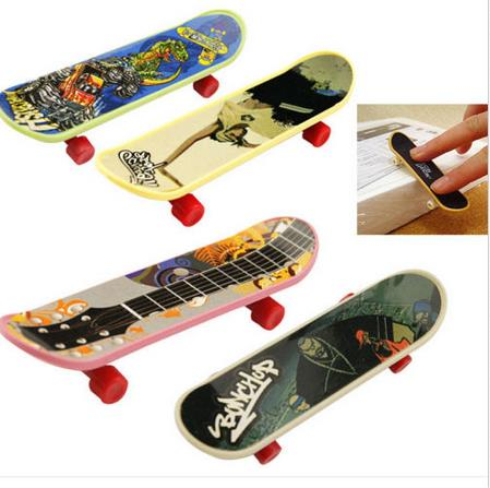 New 1pcs Mini Finger Skateboard Fingerboard Mini Skate Plastic Stents Scrub Finger Scooter Skate Boarding Game Toy Random