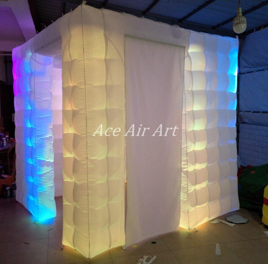 Cabine de photo gonflable d'éclairage de LED de nouveauté, cube de partie avec la porte à côté des rideaux étroitement attachables et l'endroit plus lumineux