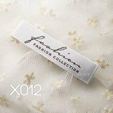 100 шт./лот сатиновый материал, белая тканая черная этикетка, логотип, модная коллекция 65*15 мм, торцевая папка, аксессуары для одежды