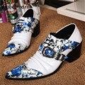 Nuevo Cuero de Patente de la Manera Ata Para Arriba Los Hombres Zapatos Oxford Para Hombre Formal Zapatos de Vestir Punta estrecha Azul Flor Del Banquete de boda Zapatos De Tacón Medio