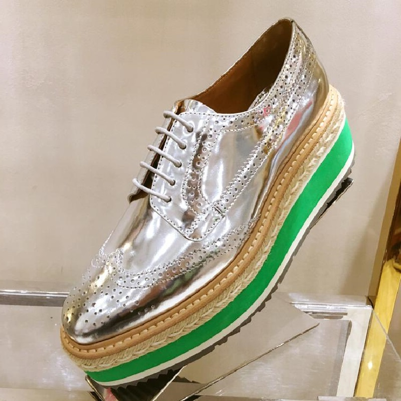 ФОТО Fashion Cool Gold Sliver Flat Platform  Shoes For Women Lady Straw Creepers Lace Up Oxfords Carved Vintage Brogues Casual Shoes