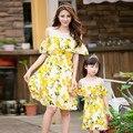 Бесплатная доставка лето Мать дочь платья девочки Платье Семья посмотрите Наряды Желтый лимон печати женщины девушка свадебное платье