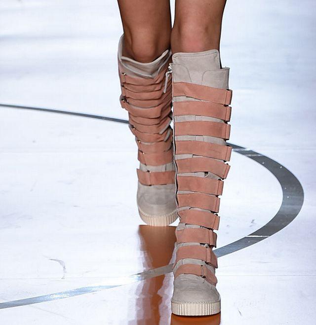 Цветные женские сапоги до колена с ремешком; модные высокие сапоги из микрофибры; сезон осень зима; короткие теплые плюшевые сапоги - 4