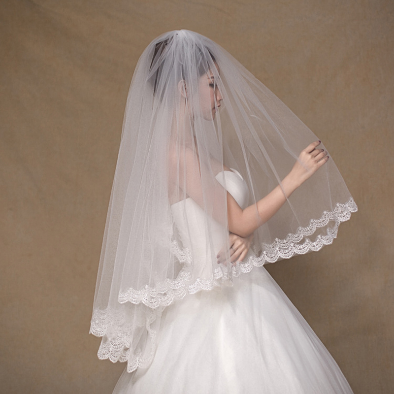 White Short Bridal Veils With Hair Comb Appliqued Lace Trim Two Layers Tulle Bridal Veils Fingertip Veils Wedding Accessories