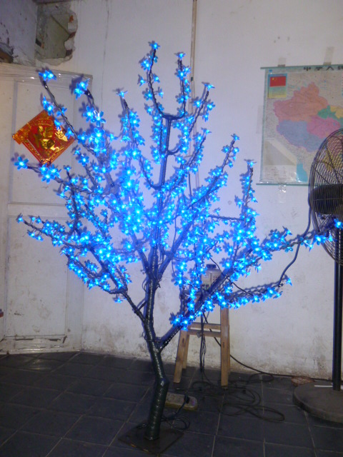 Ilmainen alus Joulu Uudenvuoden sisustus Sininen kirsikankukka Puuvalo 480kpl LED-lamput 1,5 m Korkeus 110 / 220VAC Sateeton ulkona