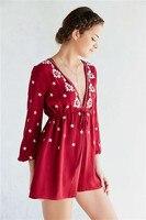 2018 משלוח חינם בסגנון מערבי עמוק v-צוואר מיני קצר שמלות vestidos אנשים אדום שמלה רזה דפוס פרח רקמת סתיו