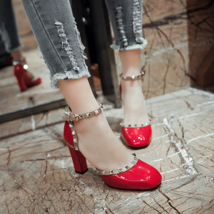 ФОТО 2016 star style personality rivet japanned leather hasp thick high-heeled sandals toe cap covering small yards 33 plus size 40