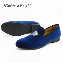купить Men handmade blue velvet slippers loafers embroidered retro fashion leather shoes soft breathable party shoes дешево