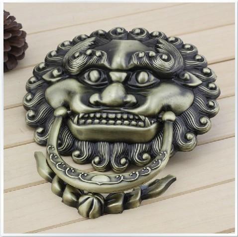 Estilo chinês antigo batedor pega animal bronze cabeça grande leão porta guarda apertar a mão grande alça