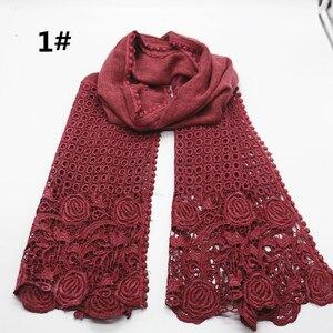 Image 1 - Di alta qualità di stampa del fiore del merletto di modo sciarpa morbida viscosa di cotone della Sciarpa dello scialle Musulmano hijab sciarpa indipendenza imballaggio 10 pz/lotto