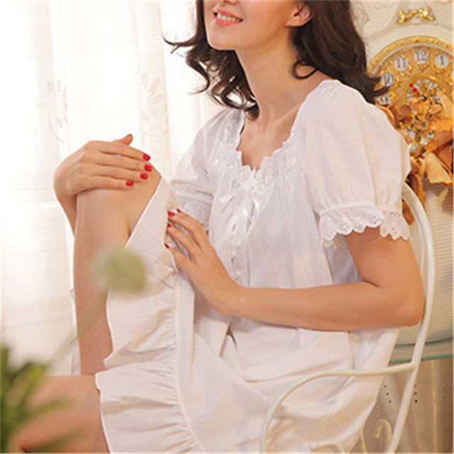 Women's Lace Decorated Nightgown