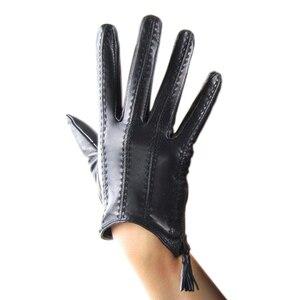 Image 2 - 2018 модные популярные перчатки для сенсорного экрана из натуральной козьей кожи импортные короткие черные женские модели из козьей кожи на молнии с кисточками