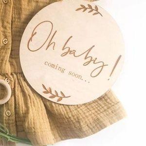 Image 1 - 2pcs 오 아기 오는 임신 발표 나무 원형 플라크 임신 마일스톤 카드 선물