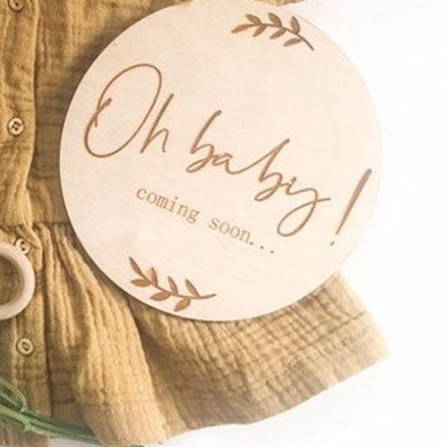 2pcs 오 아기 오는 임신 발표 나무 원형 플라크 임신 마일스톤 카드 선물