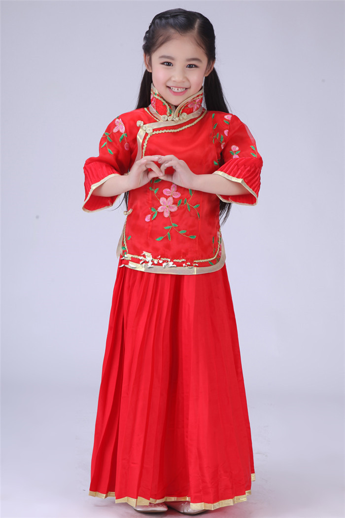 traditional chinese clothing information Find out about traditional chinese clothes: hanfu, the tang suit, qipao/cheongsam, zhongshan suit, history, basic styles and chinese clothing features.