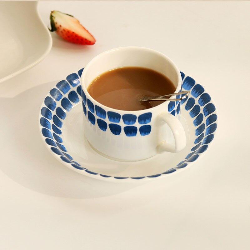 9aa19eb4a4 Inglaterra estilo té de la tarde taza de porcelana platillo impresión azul  tazas de café de cerámica con mango en acristalada té rojo taza 2 unids set