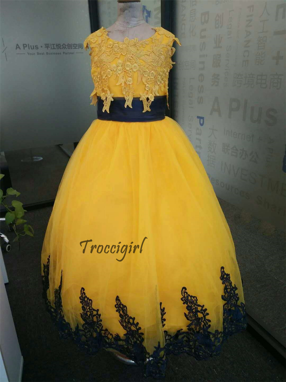 Lovely gown for kids pageant girl dress lace appliques sleeveless in Flower Girl Dresses from Weddings Events