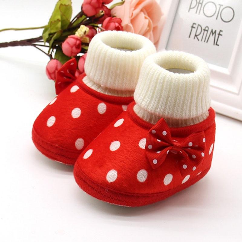 Žiemos naujagimių mergaitė lenkia daugiaspalvius taškus raudonus vaikiškus šlepetės lovos batų kulkšnies šilto vėjo dizaino pirmuoju pėsčiomis