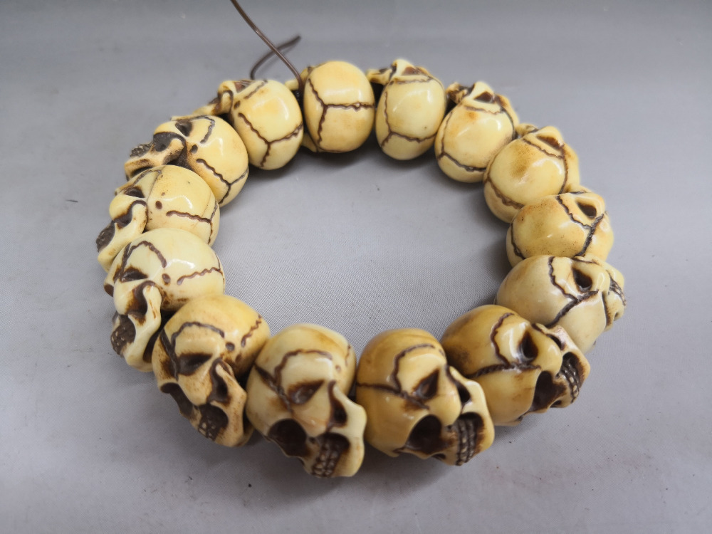 Digne collection Ancienne sculpture sur os perles et crâne série en chapelet bracelet