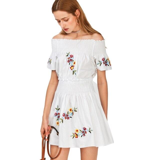 ab0e37a3a66 С открытыми плечами летнее платье Для женщин повседневные пляжные белое  платье цветочной вышивкой плиссе Сексуальная мини