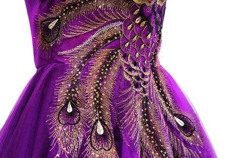 Vestidos de fiesta con adornos de plumas
