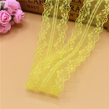 Желтая ткань с вышивкой